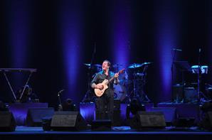 Rui Veloso leiloa guitarra assinada para instituiçao de caridade